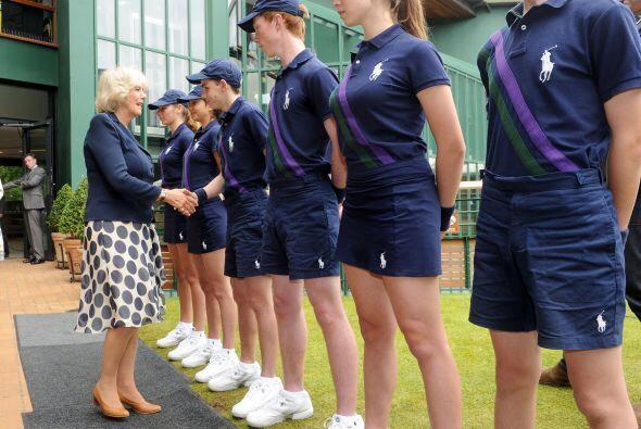 Mostrando su generosidad y humildad, Camilla Parker saludó de mano a los...