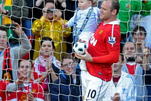 Wayne Rooney también llevó a su pequeño con un baloncitro para que vaya...