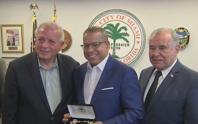 El periodista de Noticias 23 José Alfonso Almora recibe las llaves de Miami
