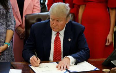 El presidente de los Estados Unidos, Donald Trump, en la Oficina Oval de...