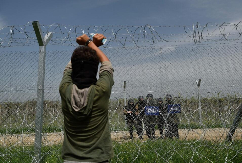 La respuesta de la policía cuando un grupo de inmigrantes trata cruzar l...