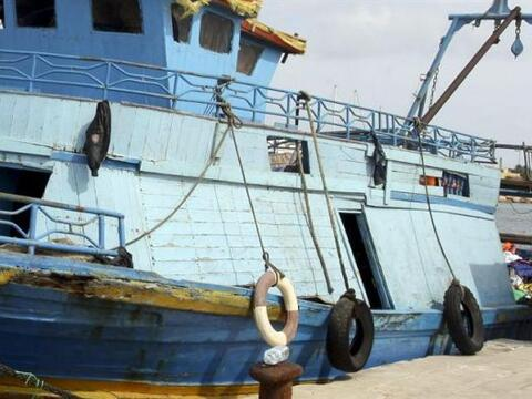 Vista de un barco utilizado para transportar inmigrantes africanos, ancl...