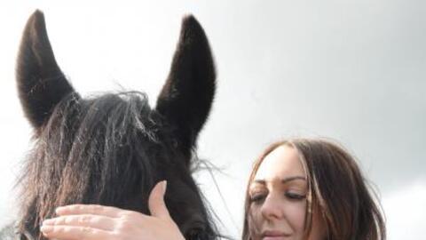 Esta mujer usa sus superpoderes para sanar animales.