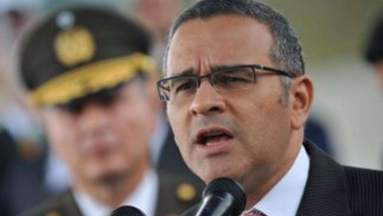 El presidente de El Salvador, Mauricio Funes, viaja a Los Angeles, Calif...