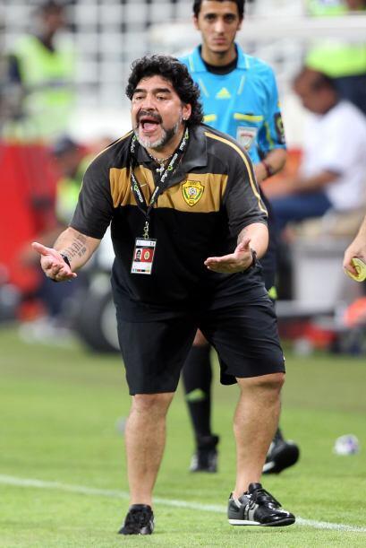 Maradonavivió el partido con mucha pasión e hizo de las 'suyas'.