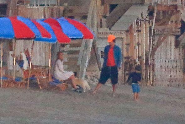 La pareja observaba al pequeño Flynn jugando en la playa.