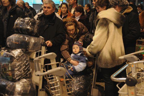 Las personas que se encontraban en el aeropuerto se convirtieron en las...