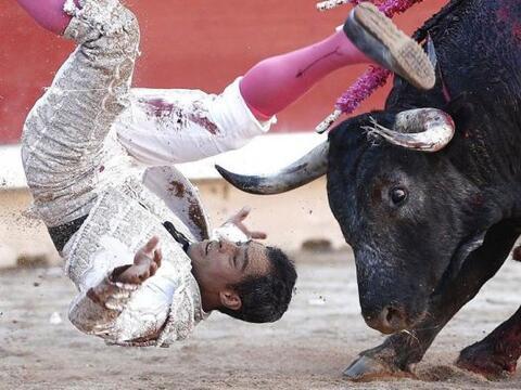El diestro Luis Bolívar es volteado por el toro, durante el d&eac...