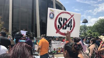 Manifestantes frente a la corte de distrito de San Antonio el 26 de juni...