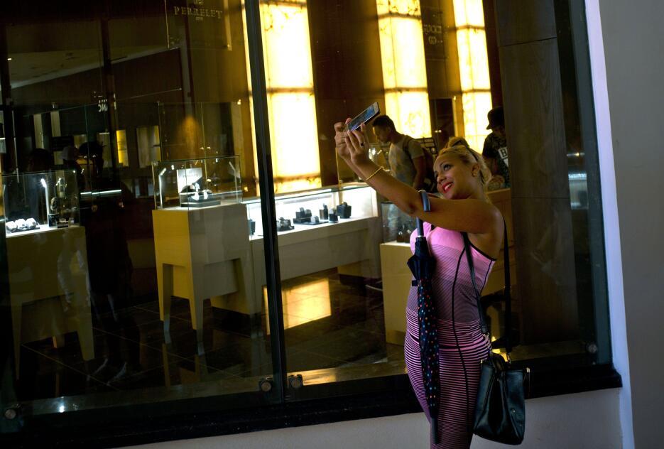La mayoría de la gente se limita a pasear y tomar fotos y selfies para c...
