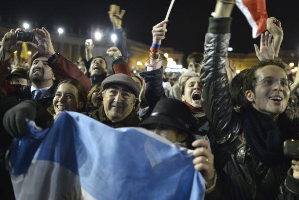 Se veían banderas argentinas entre la muchedumbre reunida en la plaza de...