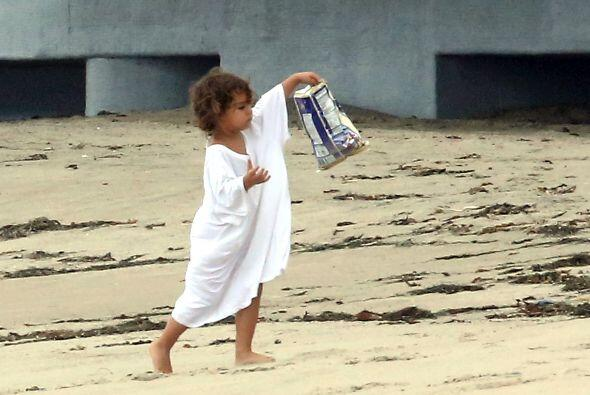 Resulta que el pequeñín andaba paseando en la playa con la ropa de su pa...