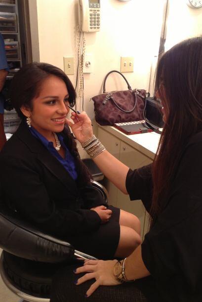 Brenda Hernández, una chica de origen mexicano de Miami, se prepara para...