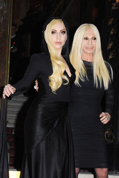 ¡Donatella Versace y Lady Gaga lucieron un 'look dark' muy similar! Tan...