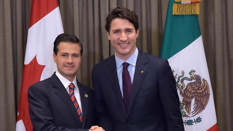 Enrique Peña Nieto (izda.) y Justin Trudeau (dcha.) en una imagen de arc...