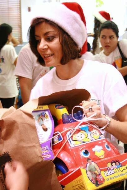 Lució su gorro de Santa para llenar de regalos a los niños de bajos recu...