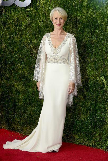Helen Mirren eligió un diseño de Badgley Mischka blanco y plata espectac...