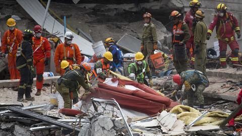 Los rescatistas siguen trabajando a tope en edificios colapsados.