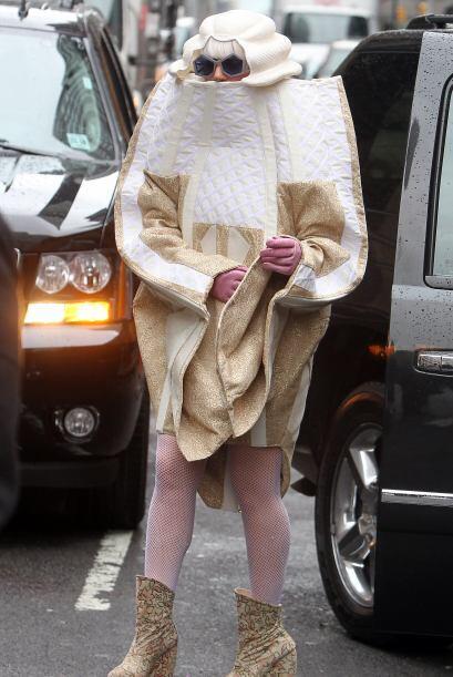 ¡Con este 'outfit' parece parte del filme 'Alicia en el País de las Mara...
