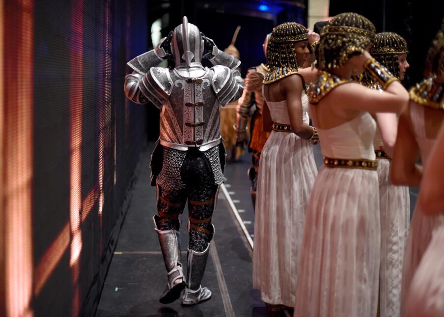 Como es costumbre, una variedad de personajes se luce en cada escena.