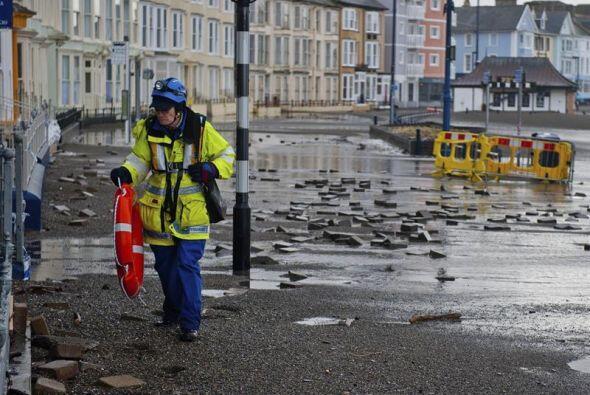 También de olas excepcionalmente grandes a lo largo de las costas de Gales.