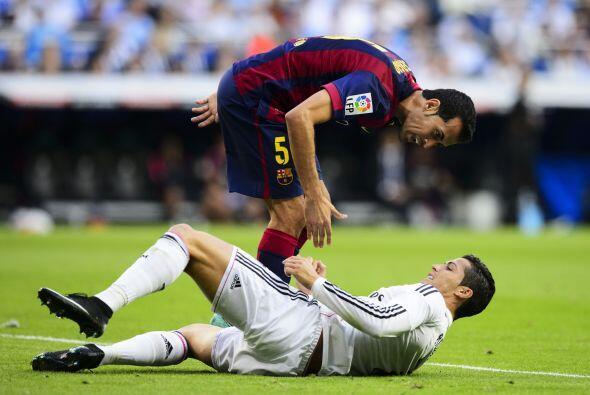 Cristiano Ronaldo cayó en el área, Busquets le reclamó que dejara de zam...