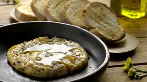 Queso provolone asado y sazonado con orégano y peperoncino.