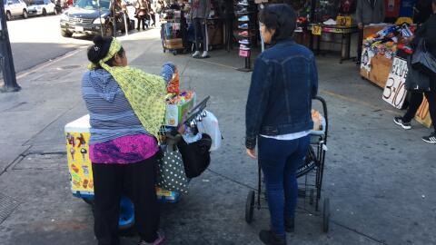 Vendedoras en el Distrito de la Moda de Los Ángeles (*quienes apa...