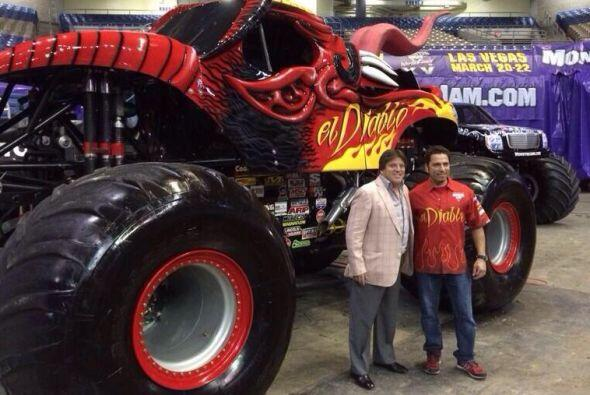 11. Porque ama los Monster Trucks. Aquí con el piloto de El Diablo JP Ru...