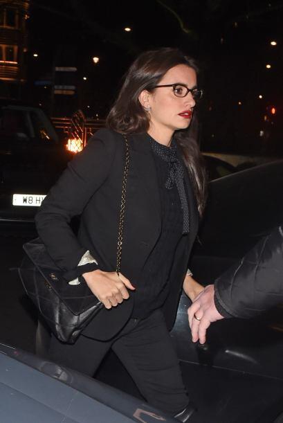 Penélope llegó vestida de negro y con un color muy rojo en los labios.
