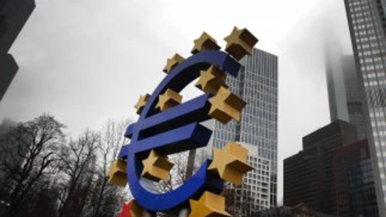 Una escultura del euro colocada frente al edificio que acogerá la sede d...