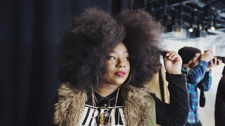 Mujeres que viven con estilo la revolución del afro.