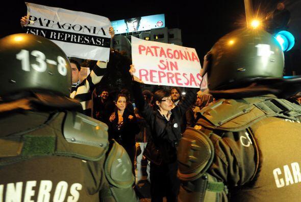 Las pancartas de los chilenos, que rechazan el controvertido proyecto, d...