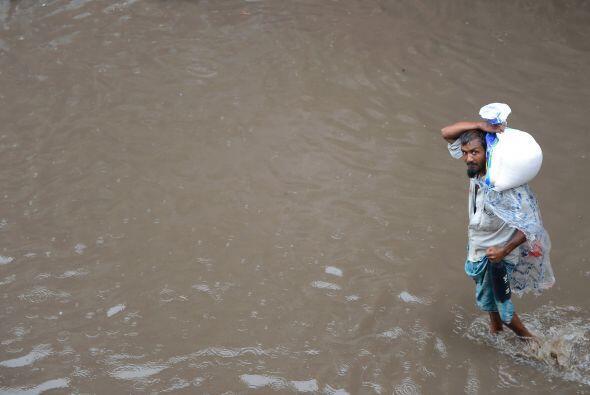En Nueva Delhi, la capital, la crecida del río Yamuna ha obligado...