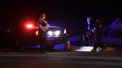 Oficiales investigan el área en la que se registró una exp...
