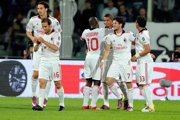 Pato y Seedorf, los dos anotadores de gol, abrazados por la felicidad de...