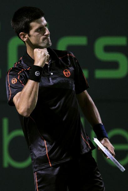 ¡Soy todo un Tiger! Parece decir Djokovic ante tantas fans en Miami.