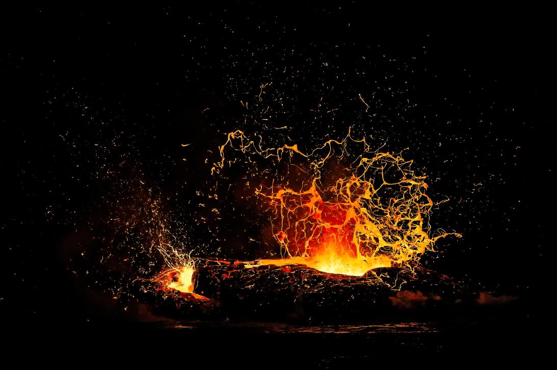 'Alto horno'. Salpica la lava del Kilauea, uno de los volcanes más activ...