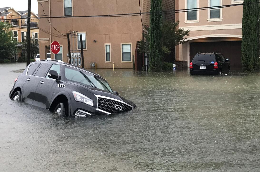 Las aguas sobrepasan a los vehículos en algunas zonas residenciales de H...