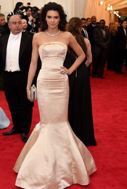 Kendall Jenner robó las miradas cuando apareció en la alfombra. Esta fam...