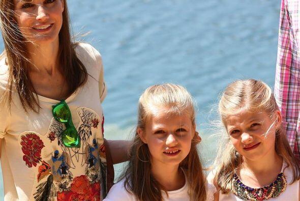 La reina Letizia junto a sus hijas, la princesa Leonor y la infanta Sofí...