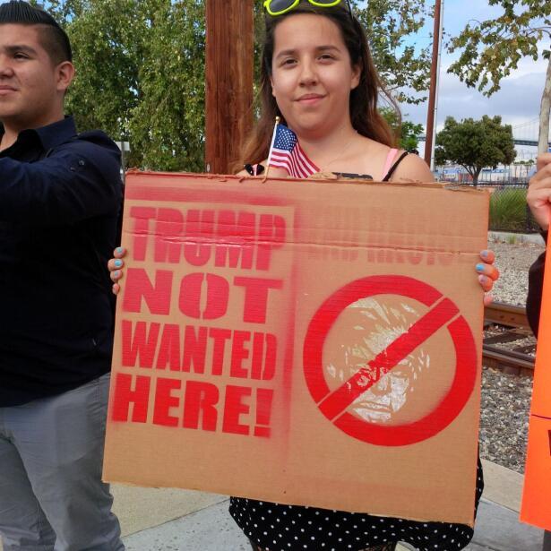 Activistas y simpatizantes se dieron cita en Long Beach donde Trump pres...