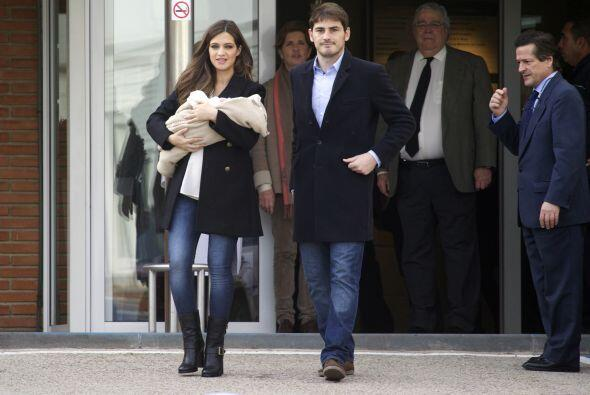 La periodista y el portero salieron del hospital de Madrid con su pequeñ...