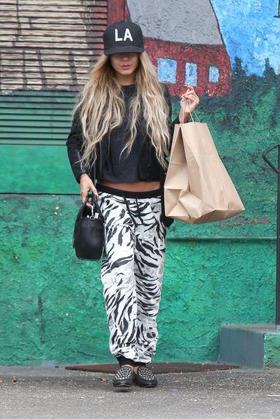 Vanessa Hudgens le quitó el aburrimiento a sus prendas básicas y en colo...