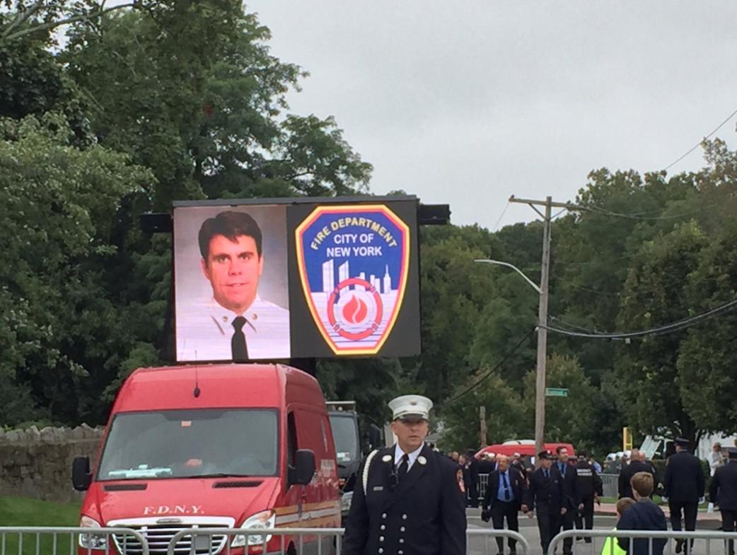 El capitán de bomberos Michael Fahy murió el martes, luego de evitar que...
