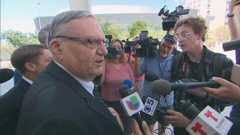Joe Arpaio a la salida de la Corte Federal en Phoenix, Arizona.