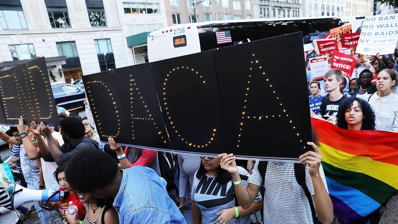 DACA protege de la deportación a poco más de 788,000 jóvenes indopcument...