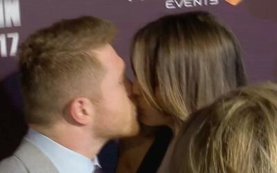 'Canelo' Álvarez y Shanon de Lima sellan su amor con un beso frente a la...