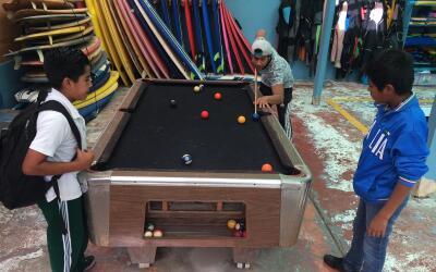 Tres niños juegan billar en el albergue infantil 'La Promesa' ubi...