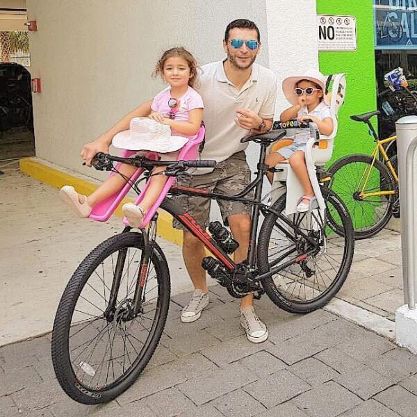 Martín Fuentes y sus hijas
